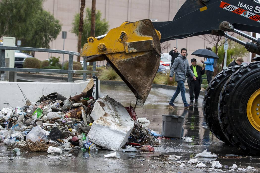 Los equipos de Obras Públicas del Condado de Clark limpian los escombros resultantes de las inundaciones cerca del Hotel The Linq en Las Vegas el martes, 9 de enero de 2018. (Patrick Connolly / L ...