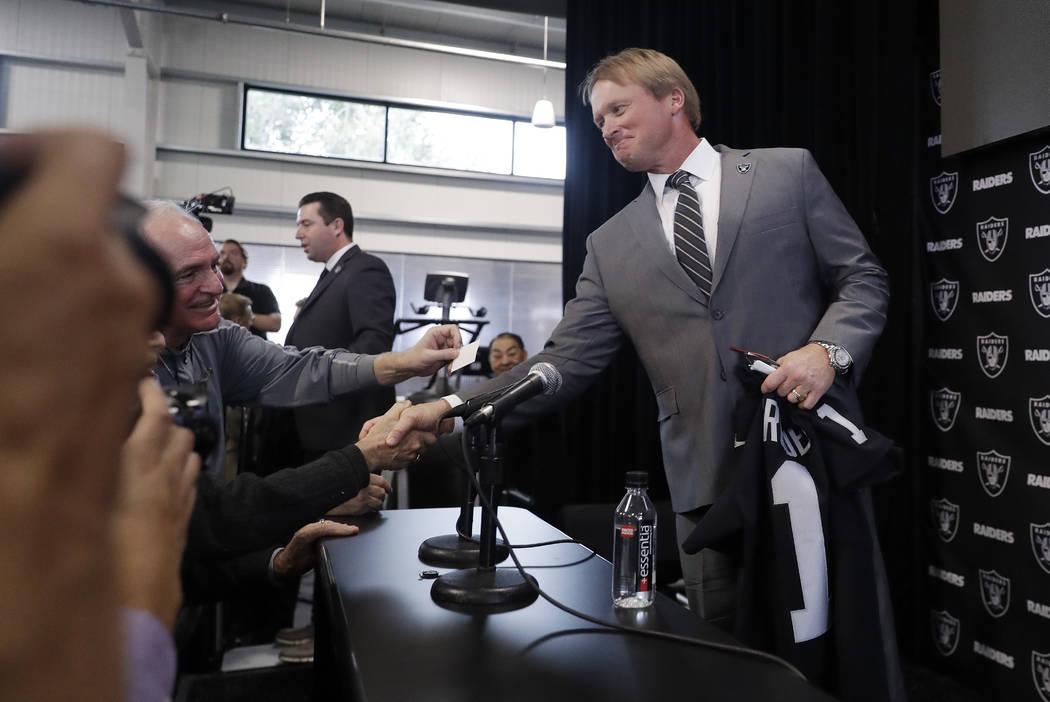 El entrenador en jefe de los Oakland Raiders, Jon Gruden, estrecha la mano de los periodistas después de una conferencia de prensa de fútbol de la NFL el martes 9 de enero de 2018 en Alameda, Ca ...