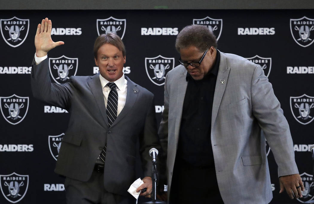 El entrenador en jefe de Oakland Raiders Jon Gruden, a la izquierda, saluda junto al gerente general Reggie McKenzie durante una conferencia de prensa de fútbol de la NFL el martes 9 de enero de  ...