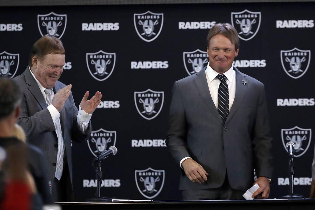 El entrenador en jefe de los Oakland Raiders, Jon Gruden, a la derecha, sonríe junto al dueño Mark Davis después de una conferencia de prensa de fútbol de la NFL el martes 9 de enero de 2018 e ...