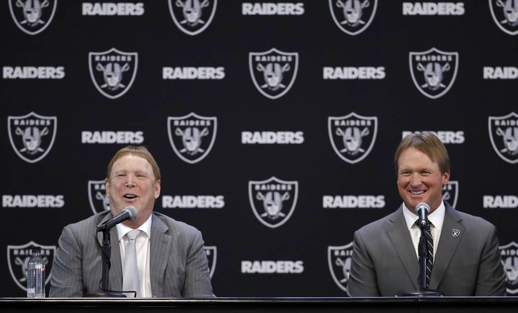 El entrenador en jefe de Oakland Raiders Jon Gruden, a la derecha, y el dueño Mark Davis responden preguntas durante una conferencia de prensa de fútbol de la NFL el martes 9 de enero de 2018 en ...