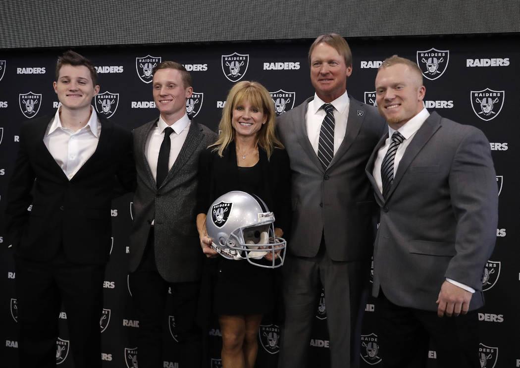 El entrenador en jefe de Oakland Raiders Jon Gruden, segundo desde la derecha, posa para fotografías con su familia después de una conferencia de prensa de fútbol de la NFL el martes 9 de enero ...
