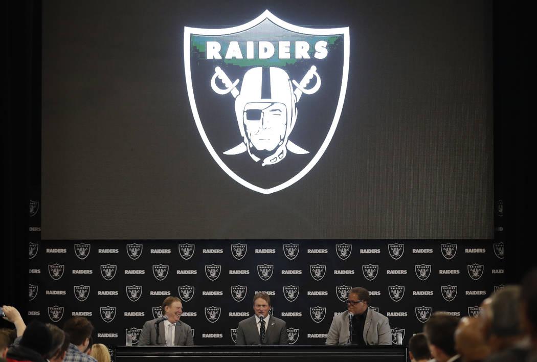 El entrenador en jefe de Oakland Raiders, Jon Gruden, responde preguntas junto con el propietario Mark Davis, izquierda, y el gerente general Reggie McKenzie durante una conferencia de prensa de f ...