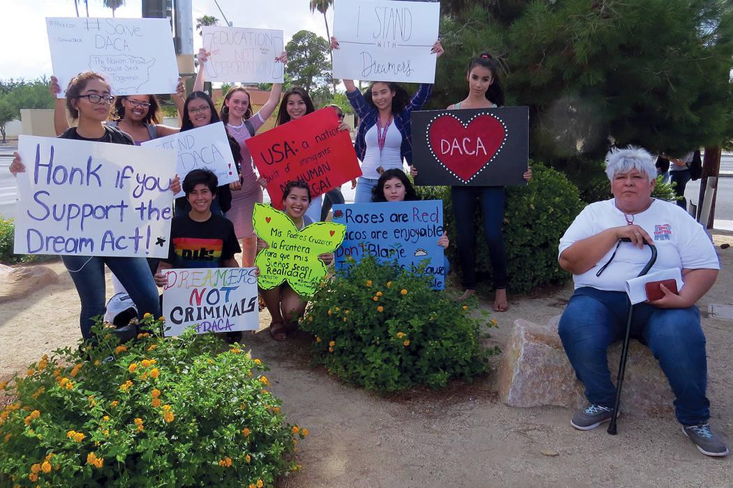 Estudiantes y familiares se unieron para pedir al Congreso una ley que proteja a los 'dreamers'. Miércoles 13 de septiembre al exterior de la escuela Rancho. | Foto Anthony Avellaneda / El Ti ...