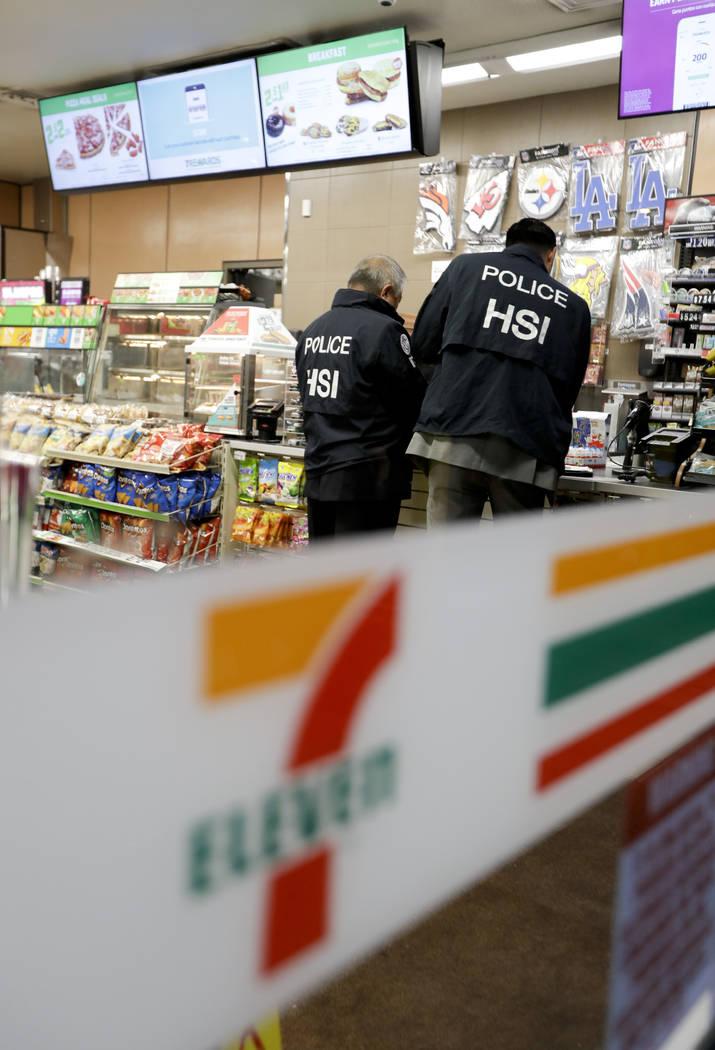 Los agentes del Servicio de Inmigración y Control de Aduanas de E.U. entregan un aviso de auditoría de empleo en una tienda 7-Eleven el miércoles 10 de enero de 2018 en Los Ángeles. Los agente ...