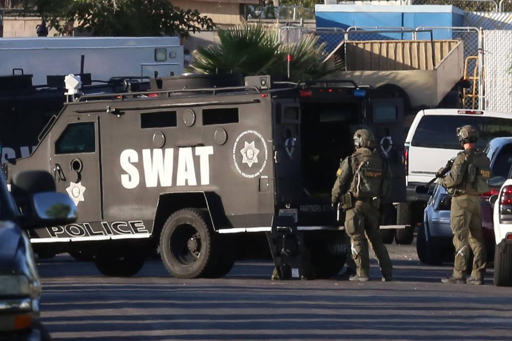 Equipo SWAT en situación de barricada el jueves 25 de mayo de 2017 en Las Vegas. (Bizuayehu Tesfaye / Las Vegas Review-Journal) @bizutesfaye