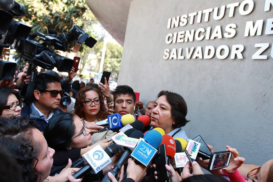 Laura Nuñez, representante de José José, informó a los medios de comunicación que el cantante se encuentra estable, seguirá internado al menos una semana más en el Instituto Nacional de Cie ...