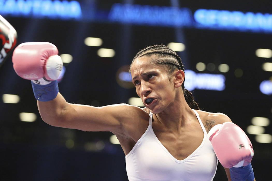 Amanda Serrano en acción contra Dahiana Santana durante su combate de boxeo por el título de peso gallo OMB el sábado, 22 de abril de 2017 en Brooklyn, NY. Serrano ganó a través de 8º asalto ...