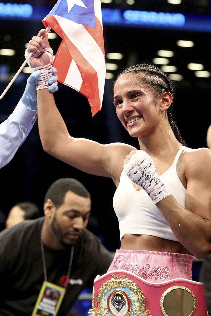 Amanda Serrano celebra su victoria contra Dahiana Santana después de su combate de boxeo por el título de peso gallo de la OMB el sábado 22 de abril de 2017 en Brooklyn, Nueva York. Foto Gregor ...