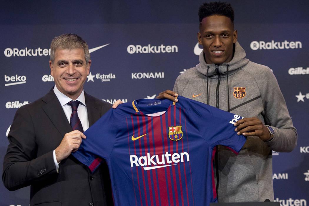 El defensa colombiano Yerry Mina, quien proviene del Palmeiras brasileño, fue presentado como el nuevo jugador del FC Barcelona, en el estadio de Camp Nou, arcelona, Esp., 13 Ene. 2018 (Notimex-A ...
