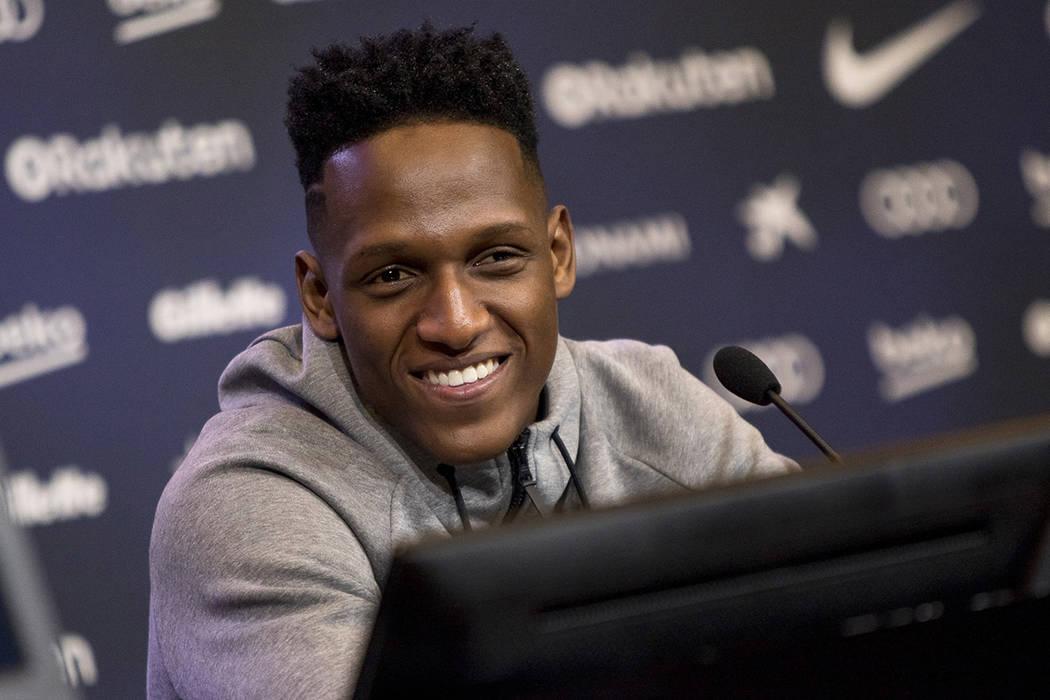 El defensa colombiano Yerry Mina, quien proviene del Palmeiras brasileño, fue presentado como el nuevo jugador del FC Barcelona, en el estadio de Camp Nou, Barcelona, Esp., 13 Ene. 2018 (Notimex- ...