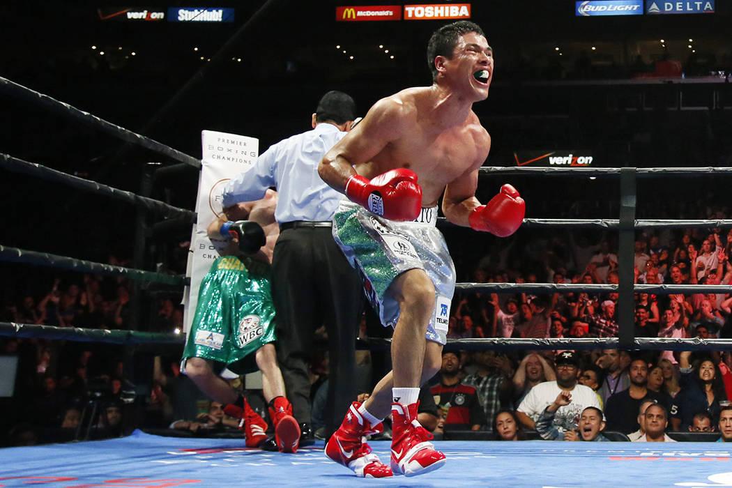 ARCHIVO- Julio César Ceja, a la derecha, de México celebra el final de la pelea mientras Hugo Ruiz de México se apoya contra las cuerdas durante la quinta ronda de su pelea de boxeo intercontin ...