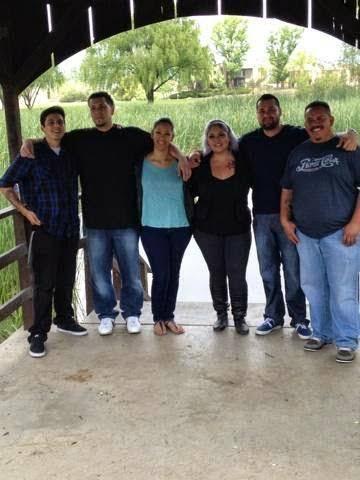 De izquierda a derecha: los hermanos Joseph Archuleta, Phillip Archuleta, Lisa García, Evelyn Gallegos, Ricky Medrano y su hermanastro Joey Hernández. Foto cortesía de Lisa Garcia.