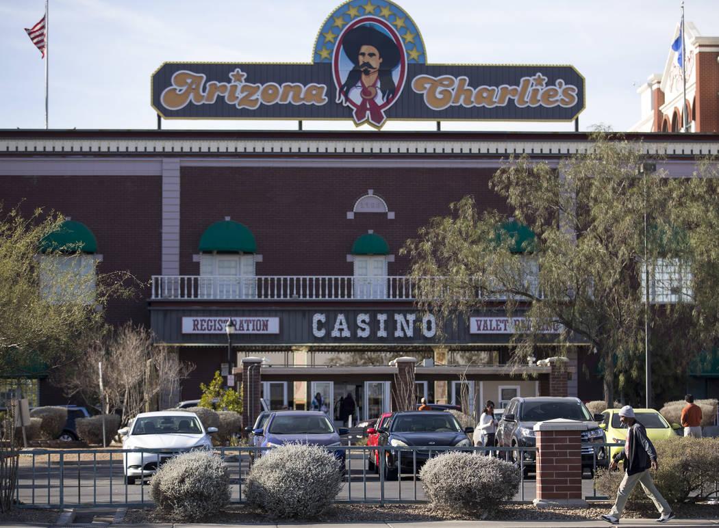 Investigadores de la Escena del Crimen y detectives de Metro están investigando después de que dos guardias de seguridad murieron en una habitación de hotel en el hotel-casino de Arizona Charli ...