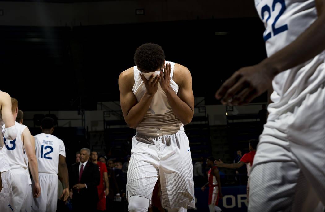 El delantero de la Fuerza Aérea Ryan Swan (34) se toma la cabeza después de la derrota del equipo ante UNLV durante un juego de baloncesto universitario de la NCAA en Air Force Academy, Colorado ...