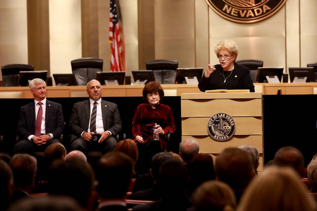 La Alcaldesa Carolyn Goodman da la bienvenida a la multitud durante su discurso sobre el Estado de la Ciudad en las cámaras del Consejo Municipal de Las Vegas en Las Vegas, el 11 de enero de 2018 ...