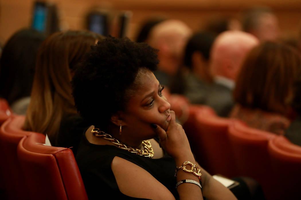 Los asistentes escuchan a la Alcaldesa Carolyn Goodman hablar durante su discurso sobre el Estado de la Ciudad en las cámaras del Consejo Municipal de Las Vegas en Las Vegas, el 11 de enero de 20 ...