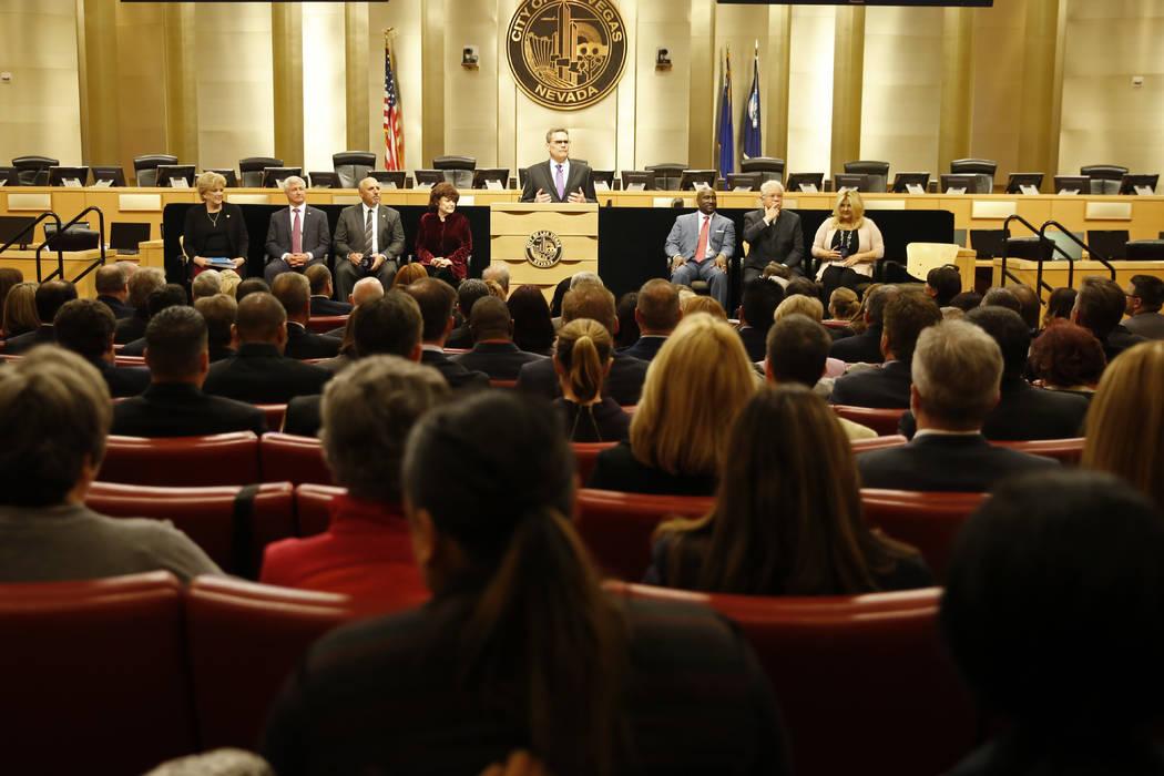 El subdirector de la ciudad, Scott Adams, se dirige a la multitud antes del discurso del alcalde Carolyn Goodman sobre el estado de la ciudad en las cámaras del Ayuntamiento de Las Vegas, en Las  ...
