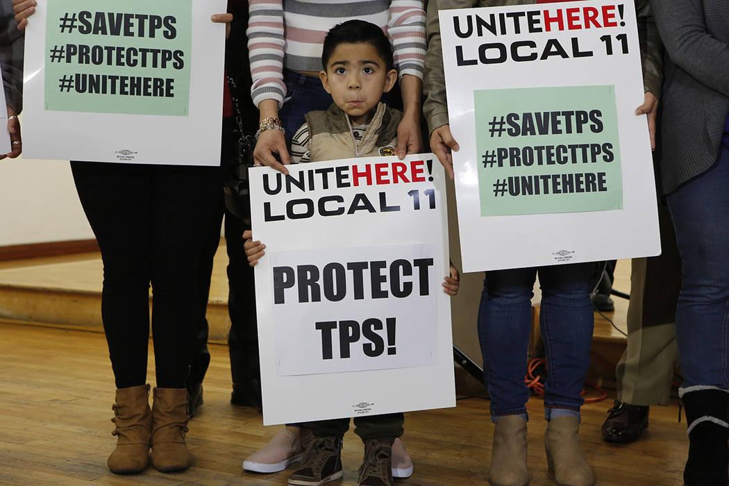 En este lunes, 8 de enero de 2018 foto, Mateo Barrera, 4 originario de El Salvador, cuyos familiares se benefician del Estatus de Protección Temporal, TPS, asiste a una conferencia de prensa en L ...