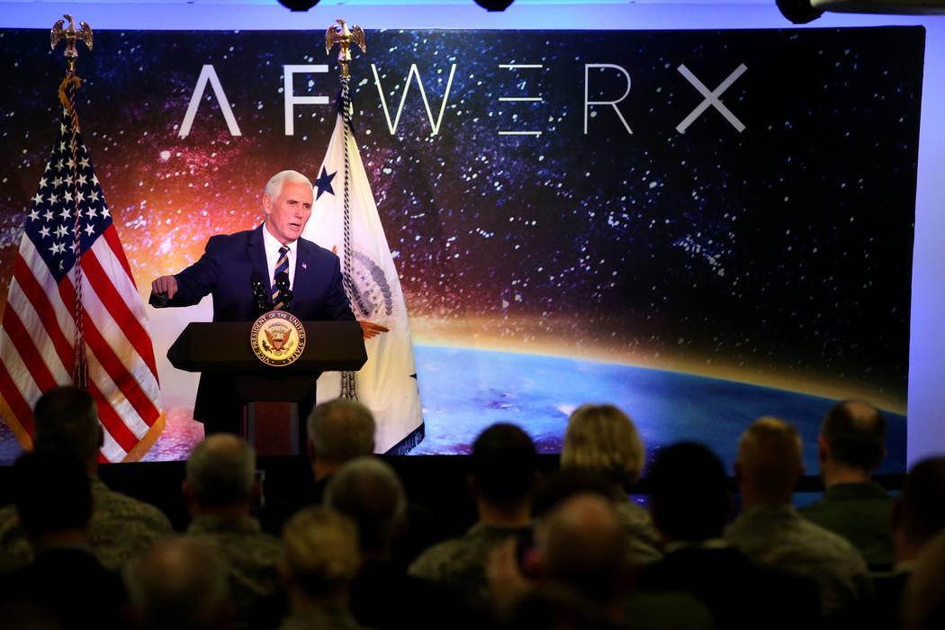 El vicepresidente Mike Pence habla en la inauguración de AFWERX Vegas, un espacio de trabajo para el programa de la Fuerza Aérea que fomenta los compromisos de innovación empresarial. El centro ...