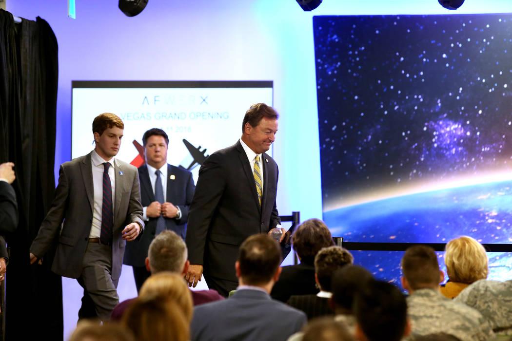 El senador de los Estados Unidos Dean Heller, republicano por Nevada, llega para escuchar al vicepresidente Mike Pence hablar en la inauguración de AFWERX Vegas, un espacio de trabajo para el pro ...