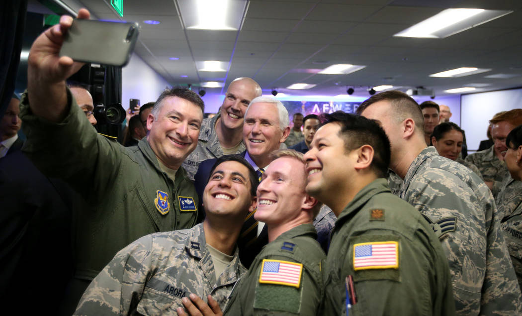 El teniente coronel Dave Hardin, a la izquierda, se toma una selfie con el vicepresidente Mike Pence en la inauguración de AFWERX Vegas, un espacio de trabajo para el programa de la Fuerza Aérea ...