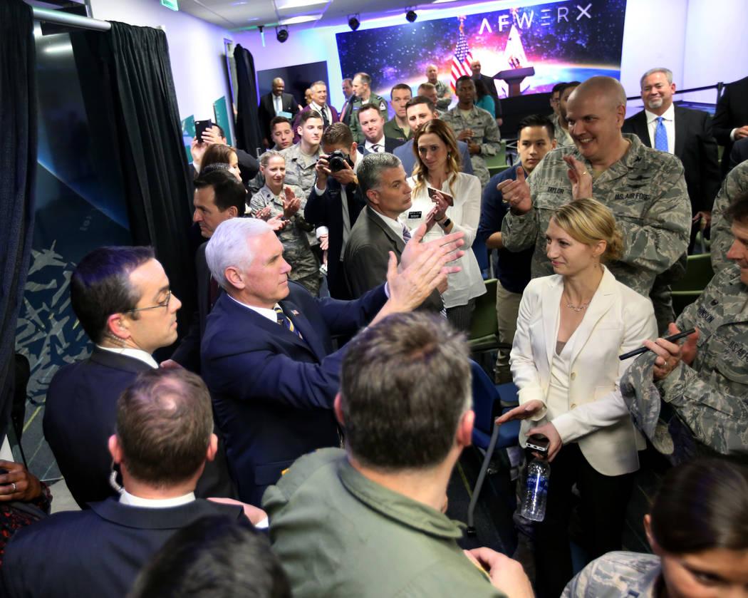 El vicepresidente Mike Pence aplaude a los aviadores y sus familias en la inauguración de AFWERX Vegas, un espacio de trabajo para el programa de la Fuerza Aérea que fomenta los compromisos de i ...