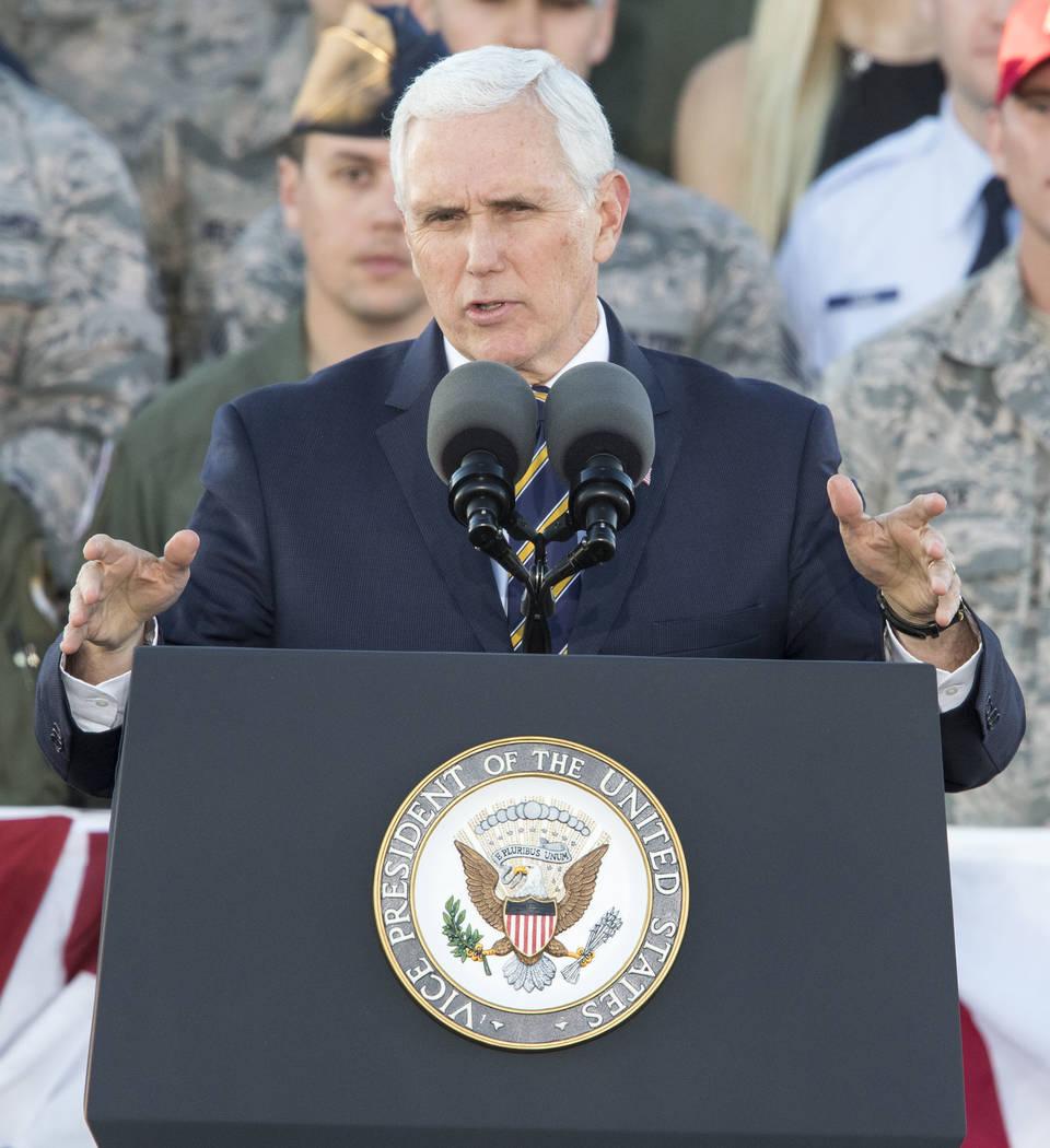 El vicepresidente de los Estados Unidos, Mike Pence, habla a los aviadores durante una visita a la Base de la Fuerza Aérea Nellis cerca de Las Vegas, Nevada, el jueves 11 de enero de 2018. Richar ...