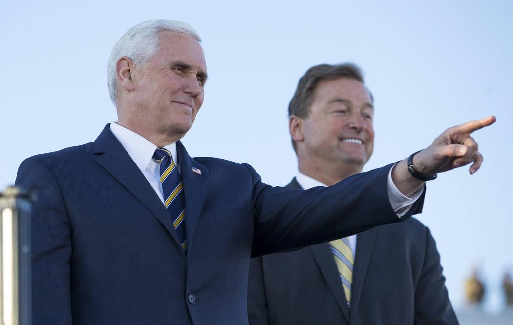 El vicepresidente de Estados Unidos Mike Pence, a la izquierda, y el senador de Nevada Dean Heller reconocen a la multitud antes de hablar con los aviadores durante su visita a la Base Aérea Nell ...