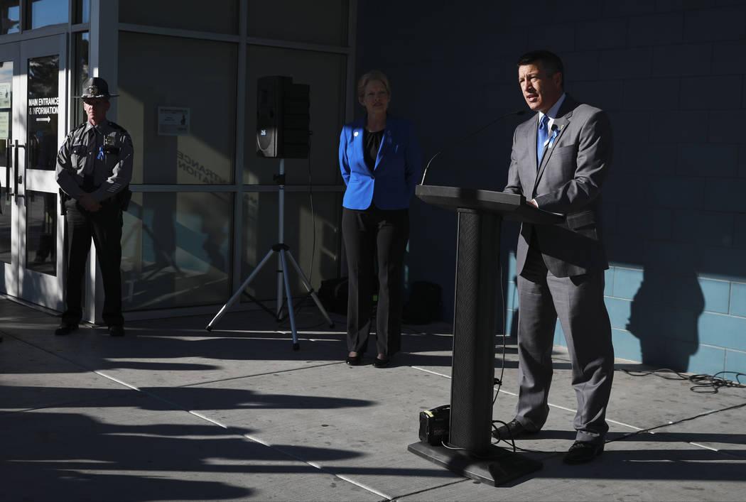 El gobernador Brian Sandoval anuncia la asociación del Departamento de Vehículos Motorizados de Nevada con la Campaña Azul del Departamento de Seguridad Nacional para crear conciencia sobre la  ...