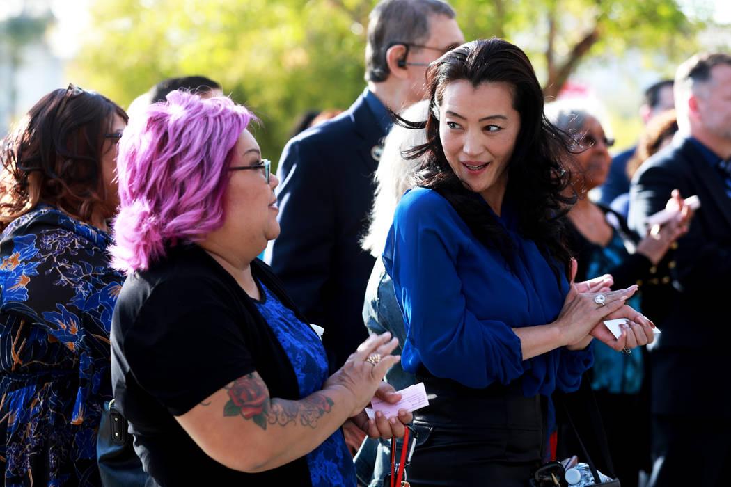 Kristin Forsberg, a la derecha, habla con otro asistente durante la asociación del Departamento de Vehículos Motorizados de Nevada con la Campaña Azul del Departamento de Seguridad Nacional par ...