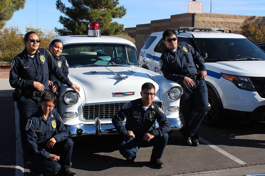 Los asistentes pudieron subir a las patrullas y tomarse fotografías. 13 de enero del 2018 en el Parque de la Academia de Policía. | Foto Cristian De la Rosa / El Tiempo.