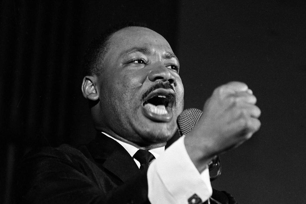 El Dr. Martin Luther King Jr. sacude el puño durante un discurso en Selma, Alabama, el 12 de febrero de 1965. King estaba enfrascado en una batalla con el sheriff Jim Clark por los derechos de vo ...