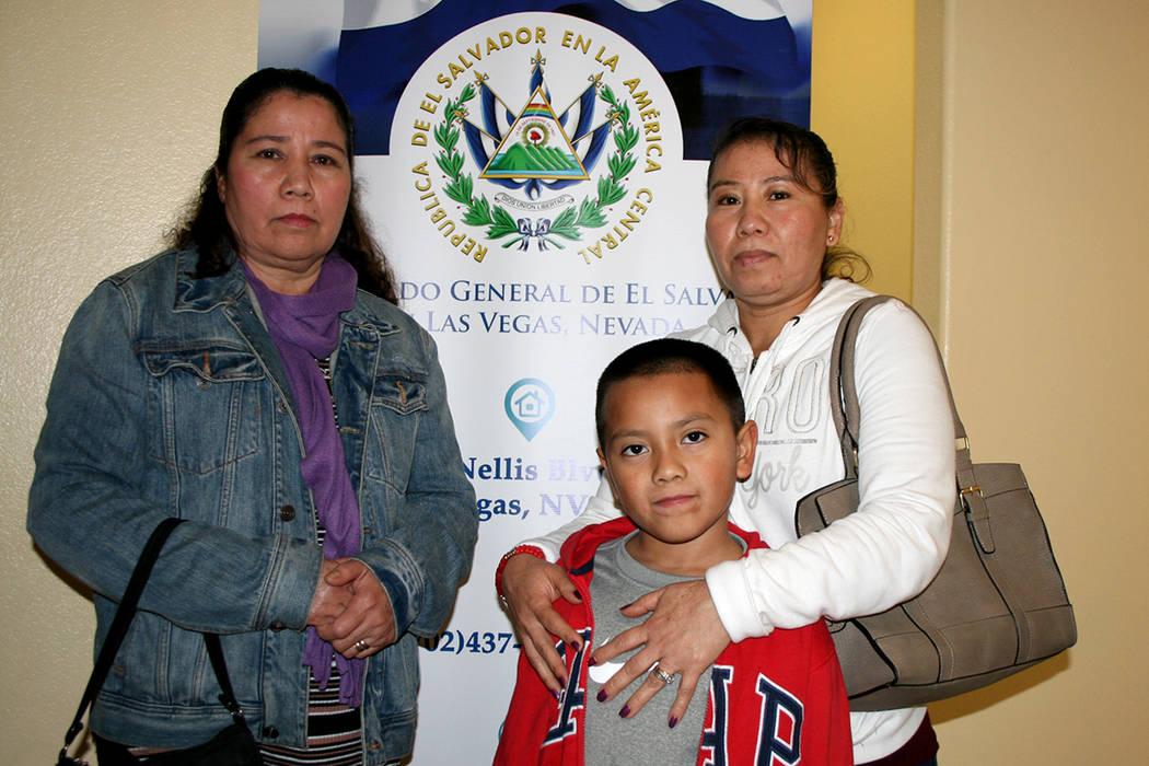 Las salvadoreñas Rosa y Gladys y el hijo de ésta, luego de participar en evento del Consulado de El Salvador. | Foto Valdemar González / El Tiempo.