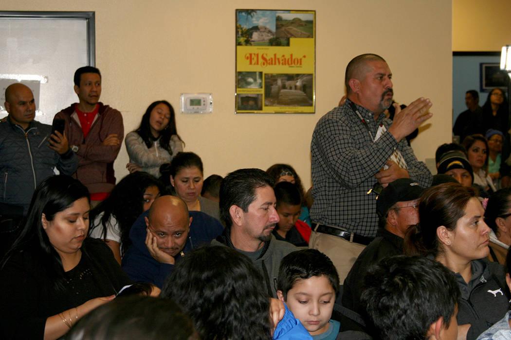 Un salvadoreño con TPS pregunta sobre su situación migratoria, en evento del Consuldo de El Salvador, 11 enero 2018. | Foto Valdemar González / El Tiempo.