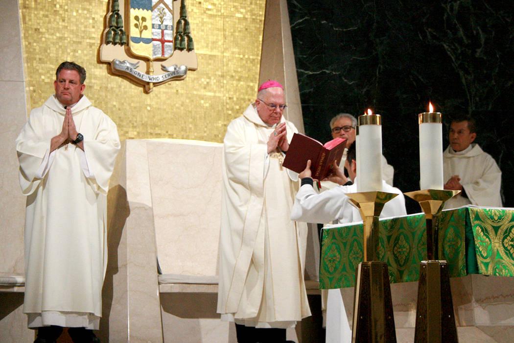 El obispo de Las Vegas Joseph Pepe (al centro) pidió solidaridad con los migrantes y refugiados. A la izquierda el diácono Thomas Roberts, presidente de Caridades Católicas. 9 de enero del 2018 ...