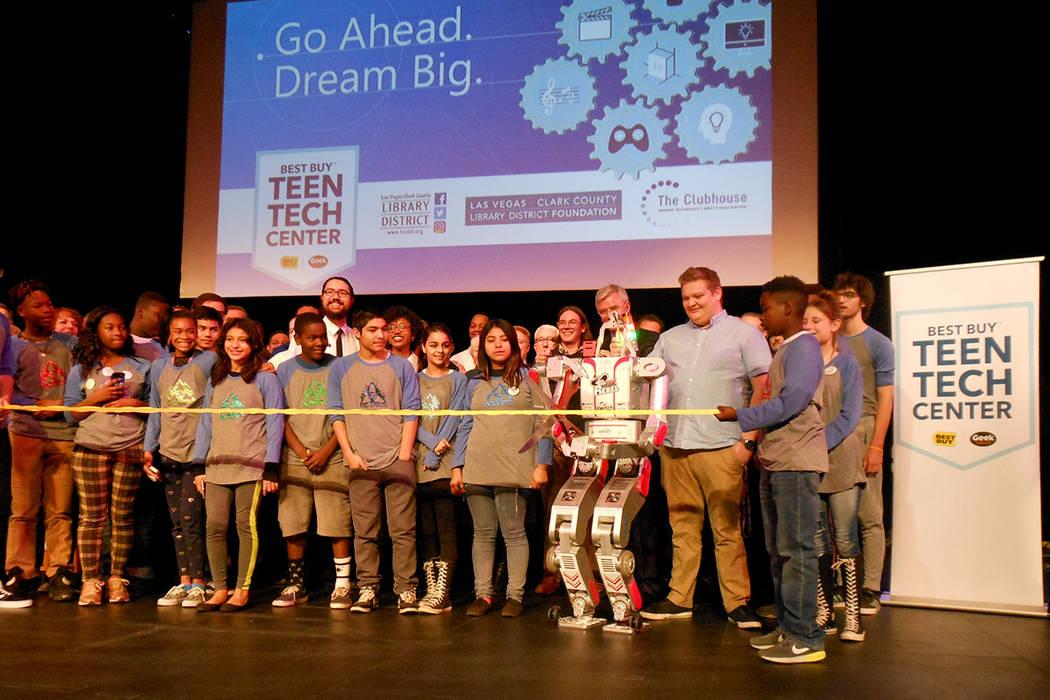 El robot 'Metal Rebel', de UNLV, corta el listón inaugural del 'Best Buy Teen Tech Center', junto con estudiantes y funcionarios en la Biblioteca del Condado Clark, el 8 de enero de 2018. ...