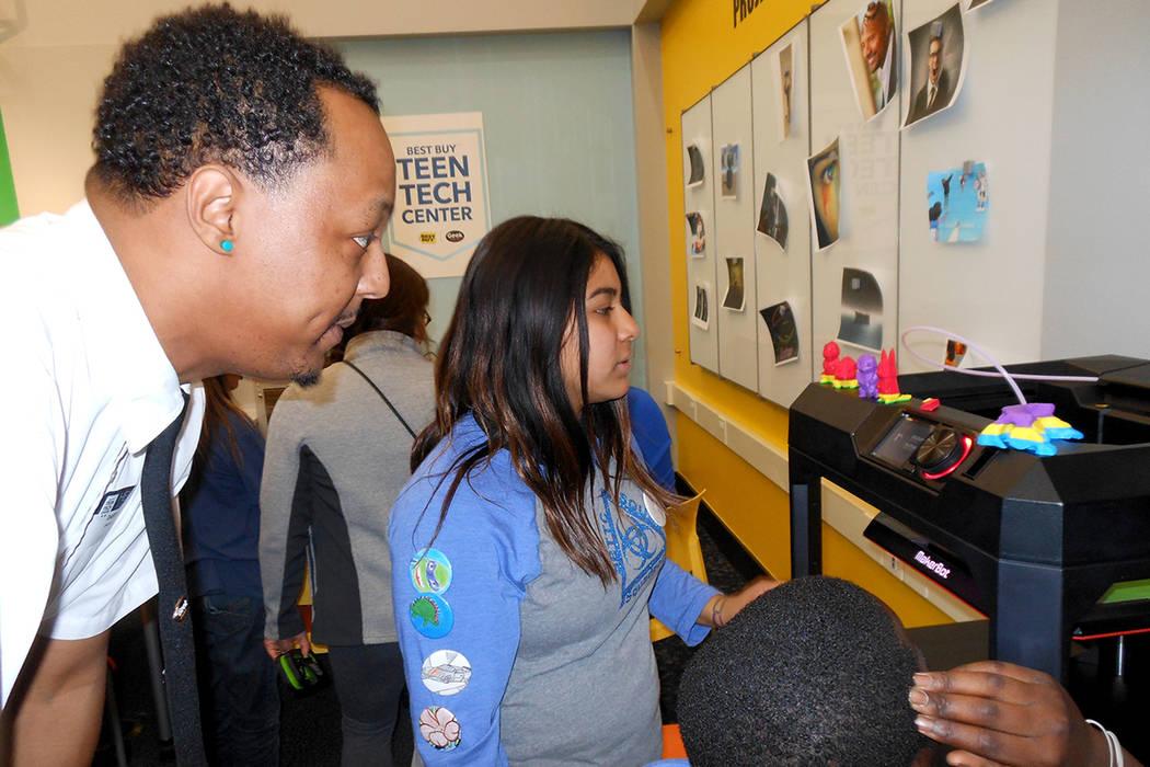 El técnico de 'Geek Squad', Daren Crockett, asesora a la estudiante Jennifer Zapata (centro), con una impresora 3D en el 'Best Buy Teen Tech Center', el 8 de enero de 2018. Foto El Tiempo.