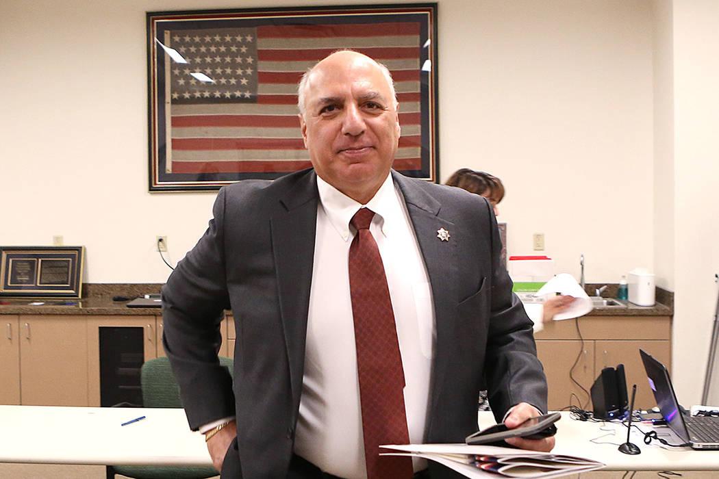 El concejal Stavros Anthony sale de la oficina del secretario después de presentar su documentación para postularse para el Concejo Municipal de Las Vegas en representación del Distrito 4 el ma ...