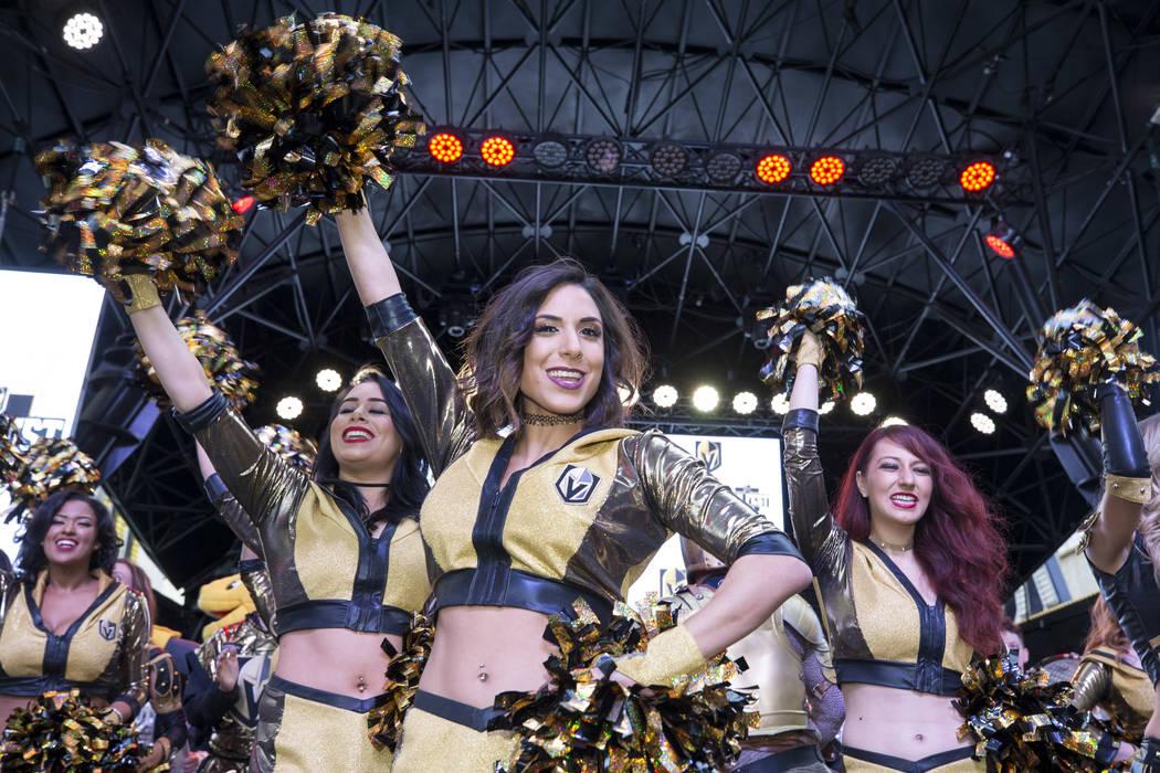 Miembros de la tripulación de los Knights exaltan a la multitud durante la primera fiesta de los fanáticos del equipo en  Fremont Street Experience en el centro de Las Vegas el domingo 14 de ene ...
