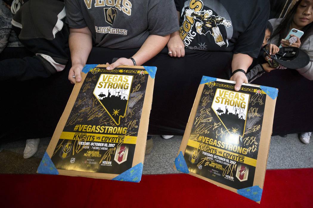 Fanáticos de Vegas Golden Knights aguardan autógrafos durante la primera fiesta de los fanáticos del equipo en la Fremont Street Experience en el centro de Las Vegas el domingo 14 de enero de 2 ...