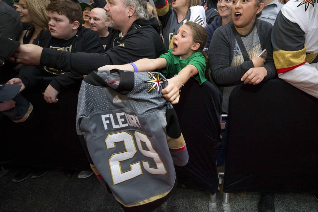 La residente de Henderson Isabella Lewis, de 9 años, grita por el portero de Vegas Golden Knights Marc-Andre Fleury durante la primera fiesta de fanáticos del equipo en la Fremont Street Experie ...