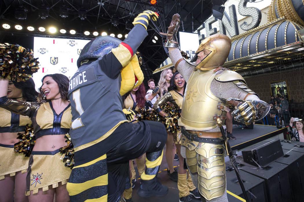 Chance el Monstuo Gila Dorado, a izquierda, y el Golden Knight entusiasman a la multitud durante la primera fiesta de admiradores del equipo en la Fremont Street Experience en el centro de Las Veg ...