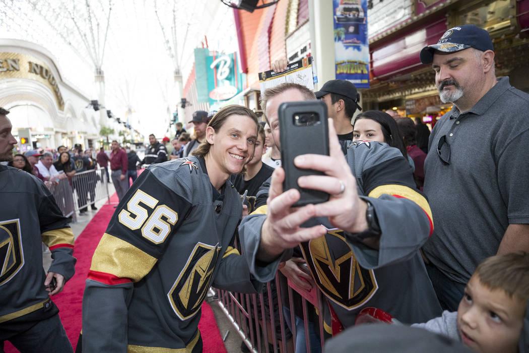 El ala izquierda de Vegas Golden Knights Erik Haula (56) posa con los fanáticos durante la primera fiesta de los fanáticos del equipo en la Fremont Street Experience en el centro de Las Vegas el ...
