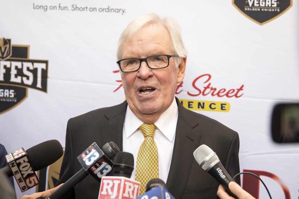 El propietario de Vegas Golden Knights, Bill Foley, habla a los medios durante el primer festival de fanáticos del equipo en  Fremont Street Experience en el centro de Las Vegas el domingo, 14 de ...
