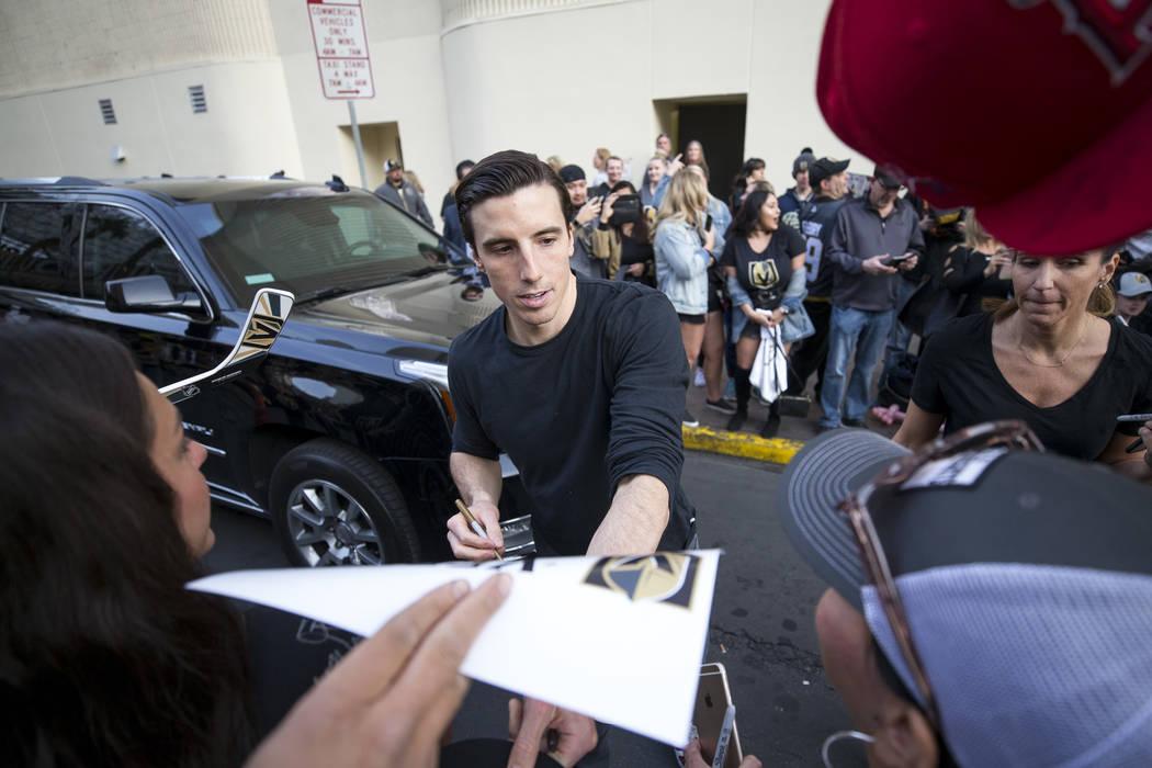 El portero de Vegas Golden Knights Marc-Andre Fleury (29) firma autógrafos durante la primera fiesta de fanáticos del equipo en la Fremont Street Experience en el centro de Las Vegas el domingo, ...