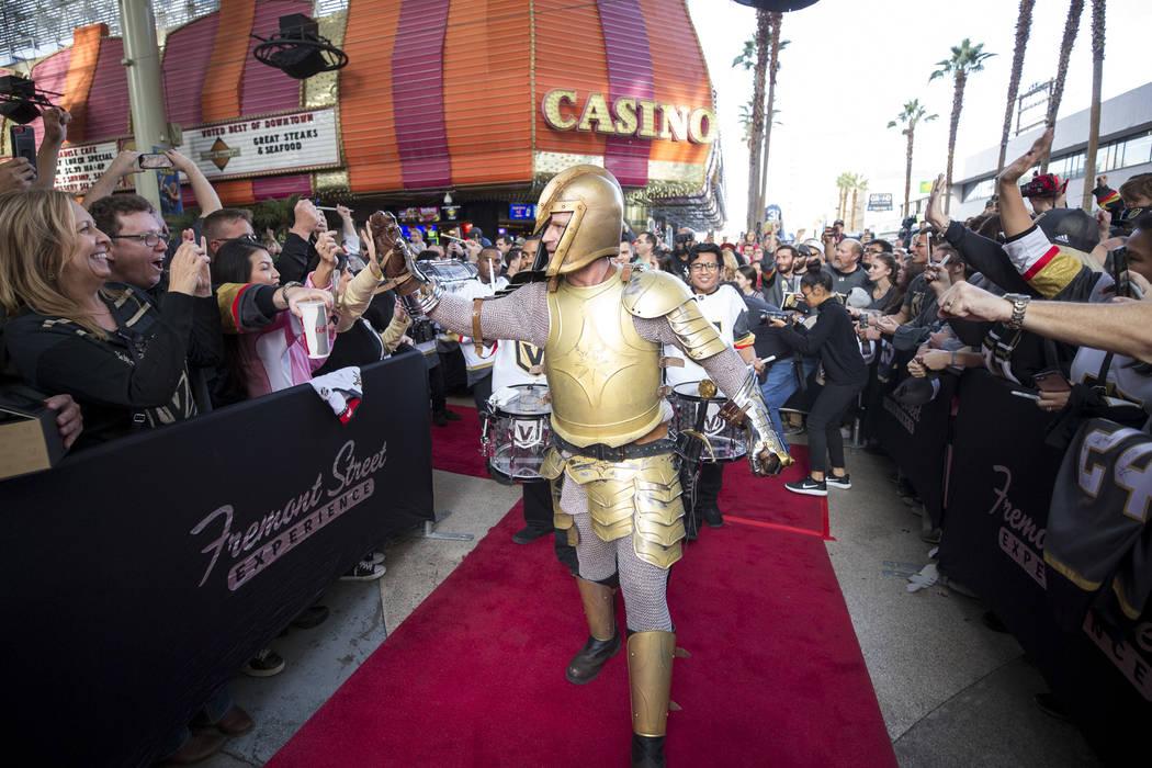 El Golden Knight saluda a los fanáticos durante la primera fiesta de admiradores del equipo en la Fremont Street Experience en el centro de Las Vegas el domingo 14 de enero de 2018. Richard Brian ...