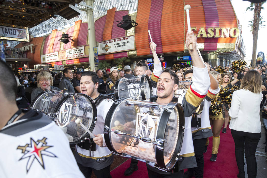 El Knight Line llega durante el primer festival de fanáticos del equipo en la Fremont Street Experience en el centro de Las Vegas el domingo 14 de enero de 2018. Richard Brian Las Vegas Review-Jo ...