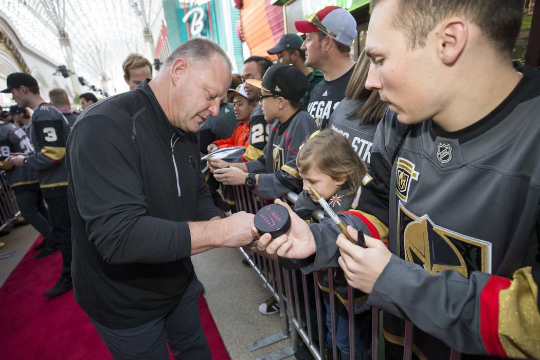 El entrenador en jefe de Vegas Golden Knights, Gerard Gallant firma autógrafos durante la primera fiesta de los fanáticos del equipo en la Fremont Street Experience en el centro de Las Vegas el  ...