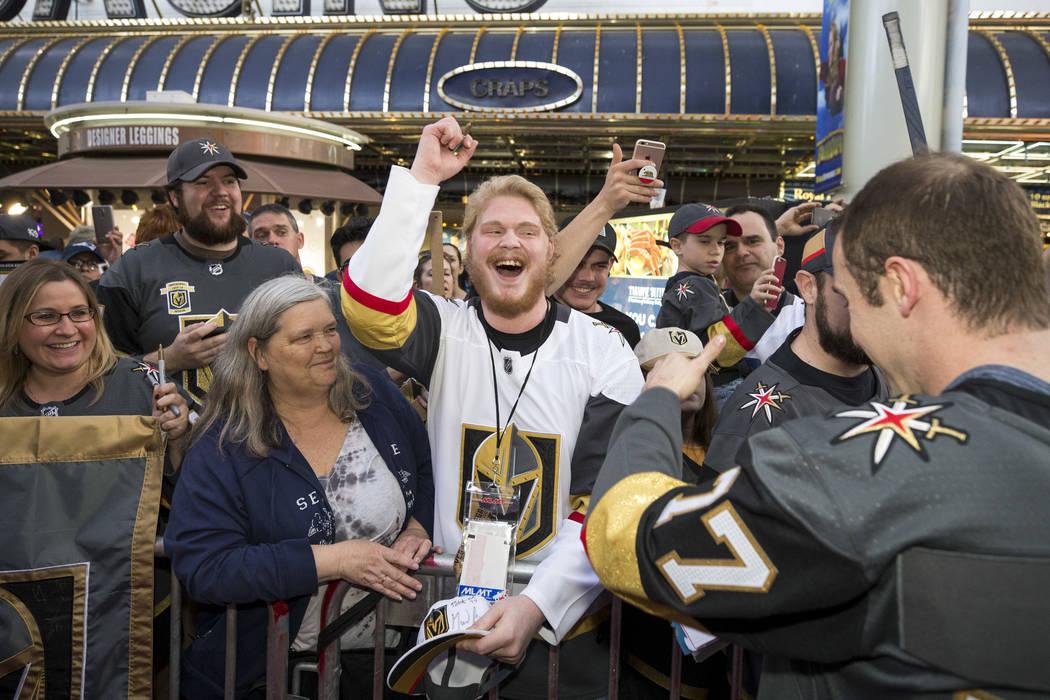 Los fanáticos de Vegas Golden Knights aplauden al defensa de los Knights Brad Hunt (77) durante la primera fiesta de admiradores del equipo en la Fremont Street Experience en el centro de Las Veg ...